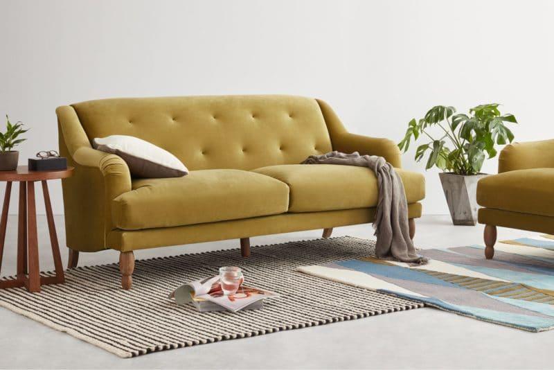 Quel canapé choisir pour son salon ? on peut craquer pour le modèle de canapé ocre ariana de chez Made.com