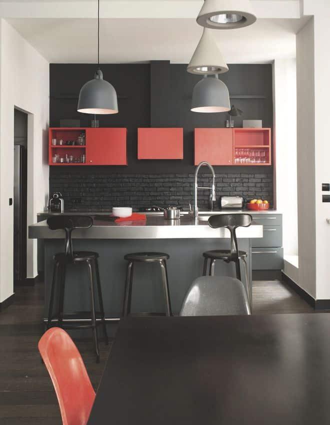 des-touches-de-rouge-rechauffent-la-cuisine-noire-de-l-appartement_5177293