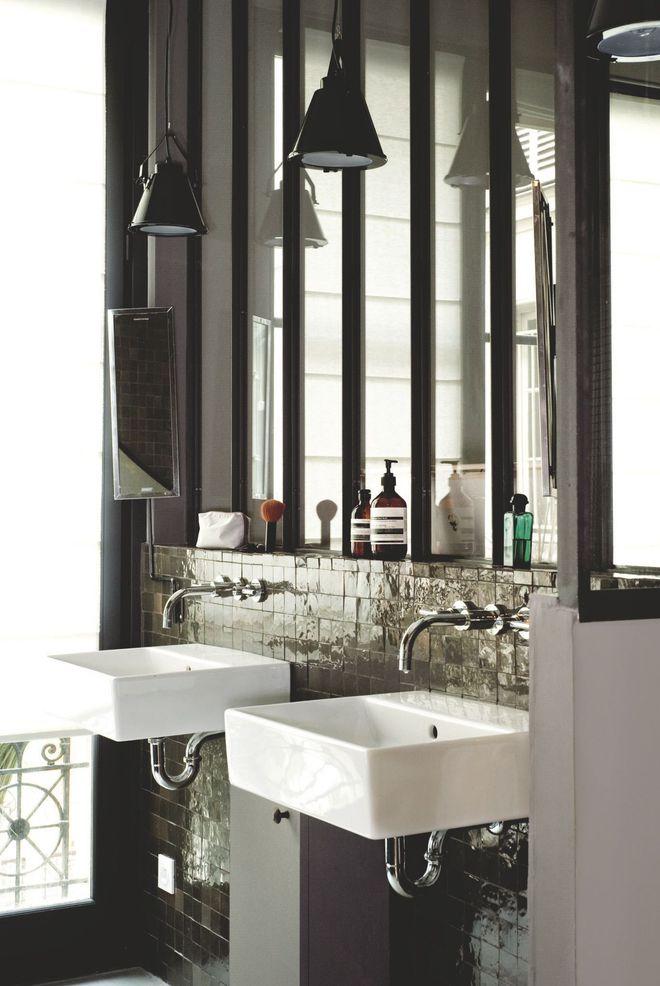 une-elegante-salle-de-bains-pleine-de-contrastes_5177303