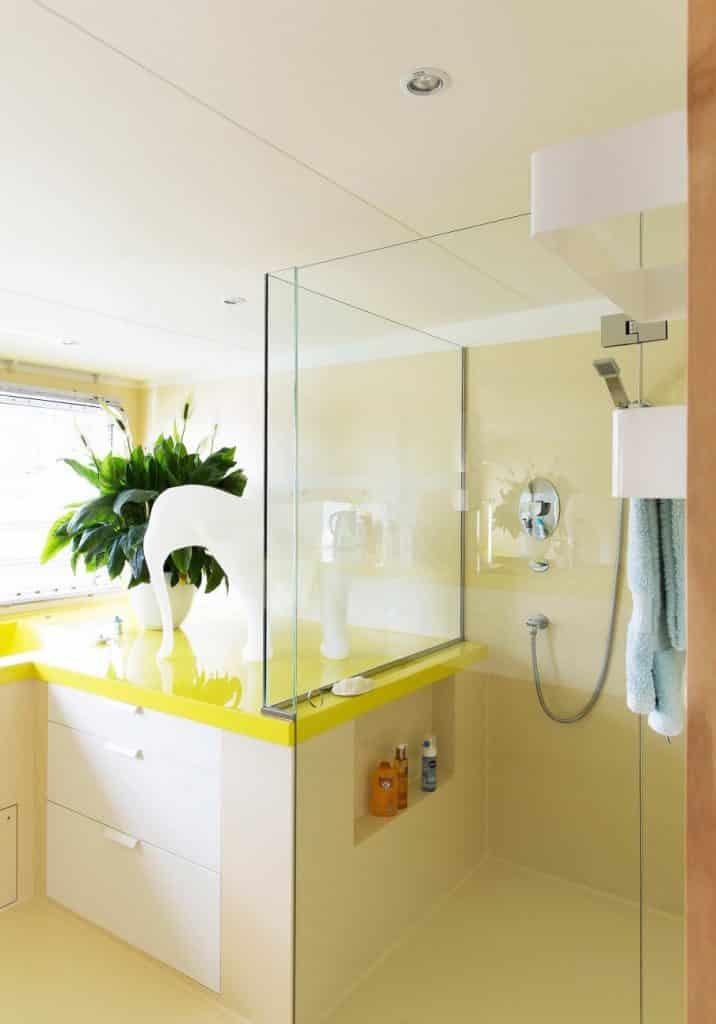 2-badkamer-geel-wit