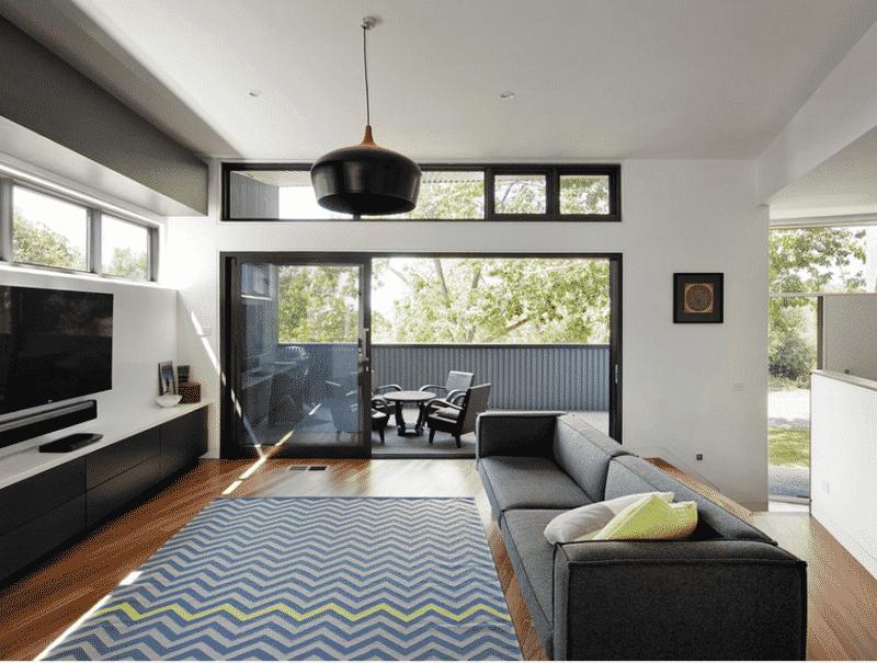 Grande baie vitrée noire et fenêtre noire pour une ambiance loft