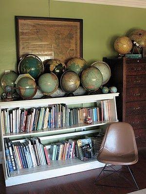 L'accumulation de mappemondes pour une décoration vintage