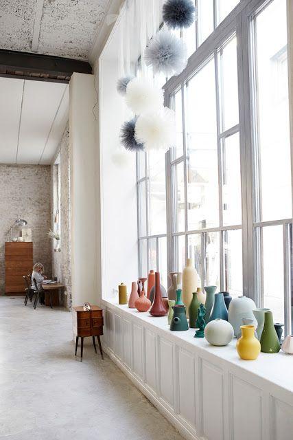 Pêl-mêle de vases colorés dans la décoration d'un loft