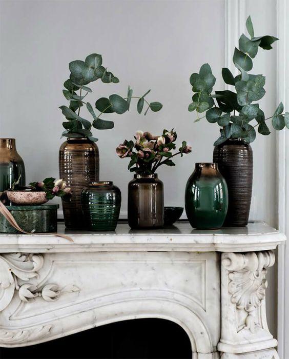 Les vases accumulés dans la décoration