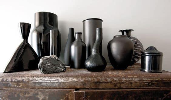 Accumuler les vases noirs dans la décoration
