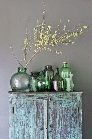 Vases vert accumulés dans la décoration