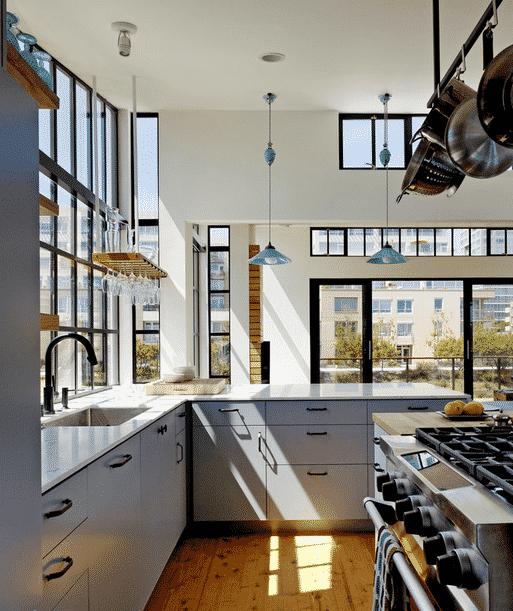 Cuisine baignée de lumière grâce aux verrières orangerie