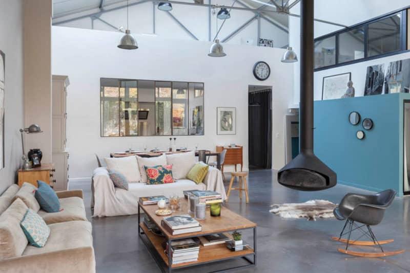 Garage transformé en loft, une rénovation réussie.