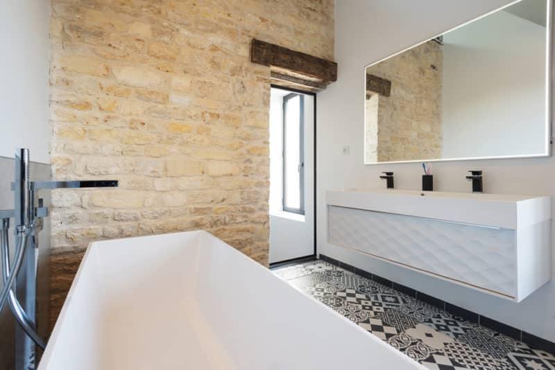 Rénovation d'une maison : salle de bain avec carreaux de ciment