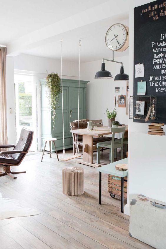 Armoire parisienne meuble peint en vert d'eau - inspiration Vt Wonen