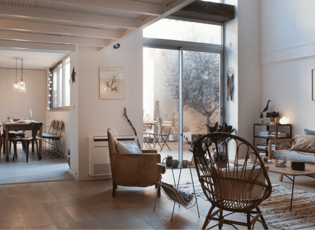 Fauteuil en rotin vintage dans un loft au style déco vintage chic