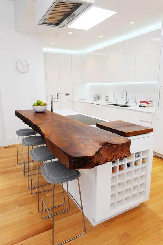 Comptoir avec rangement optimisé servant d'îlot de cuisine