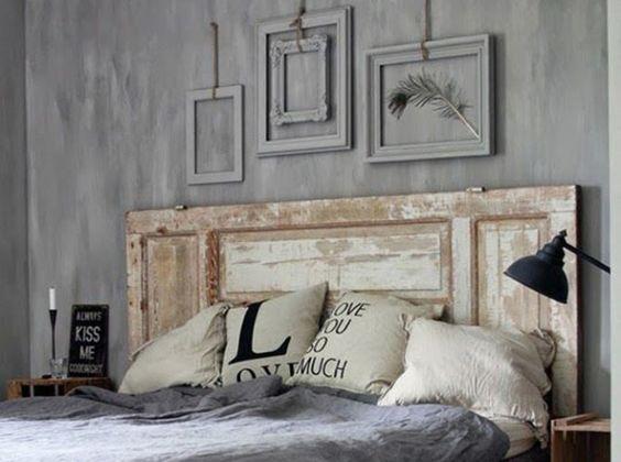 Vieille porte en tête de lit patinée