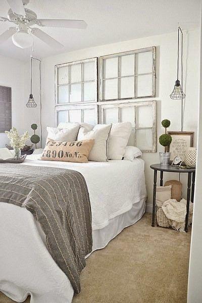 Vieille porte vitrée utilisée en tête de lit