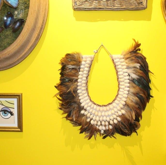 Collier ethnique décoratif à perles et plume - Décoration murale