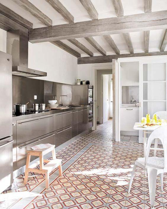 Poutres apparentes maison de famille cuisine inox