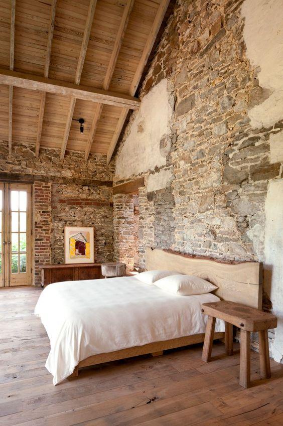 Poutres apparentes loft avec murs en pierre laissé brut