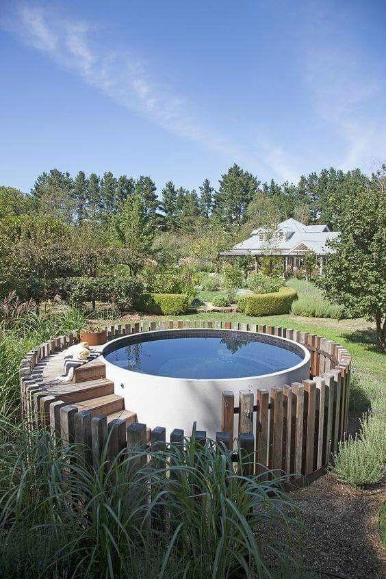 un abreuvoir agricole utilisé comme piscine