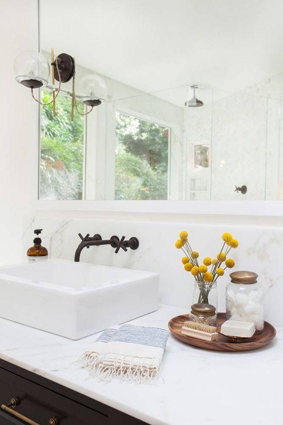 Les baguettes de tambours dans la salle de bain