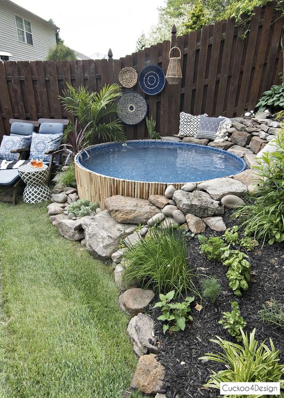 Une piscine encastrée en bambou