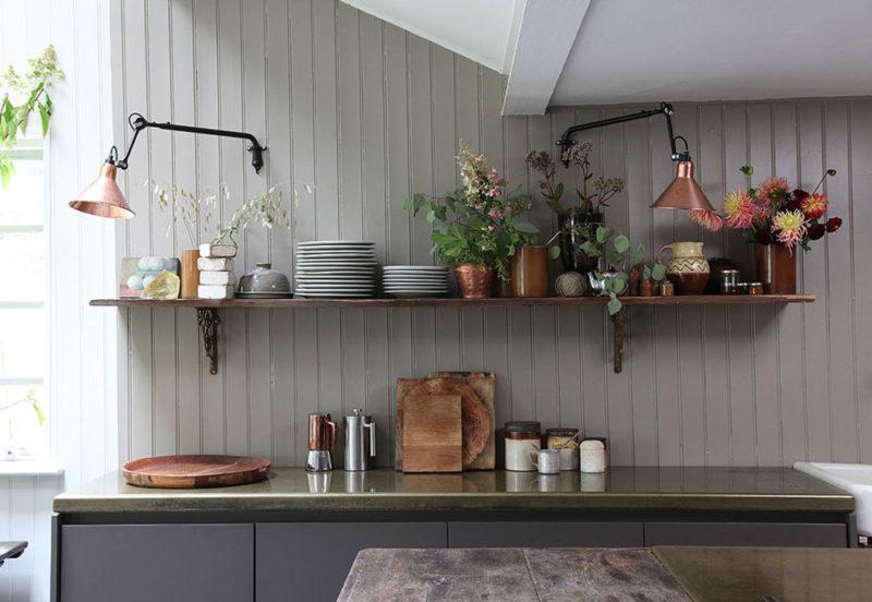 Une cuisine contemporaine en noir mat avec plan de travail en inox brossé