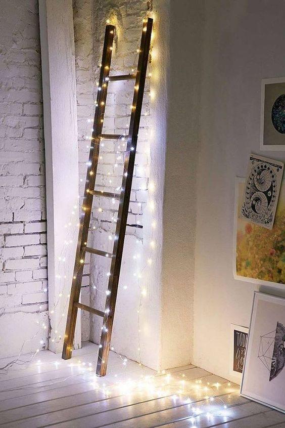 Guirlande lumineuse autour d'une échelle pour obtenir un intérieur chaleureux et cosy