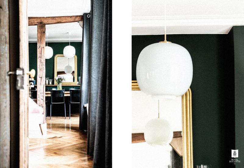 Les couleurs sombres des murs apportent une ambiance chic et élégante