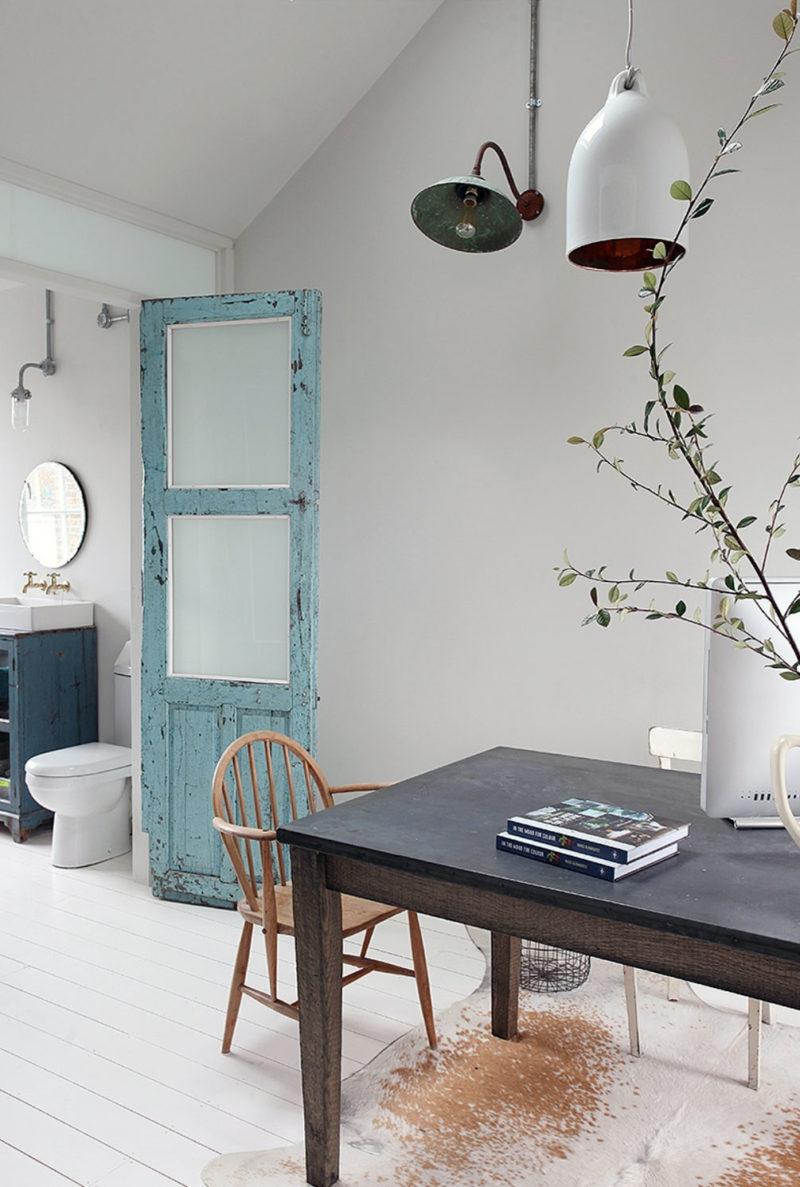 Une porte chinée bleue dans son jus