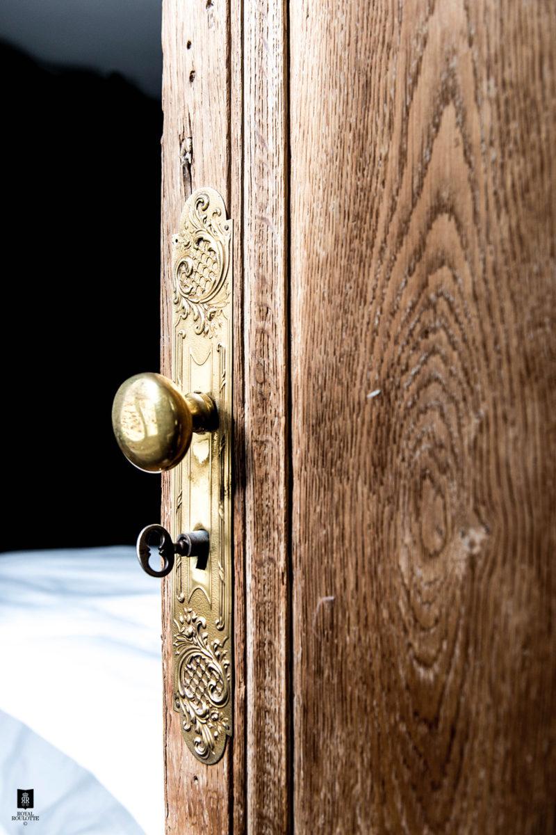 Détail sur une porte ancienne en bois brut