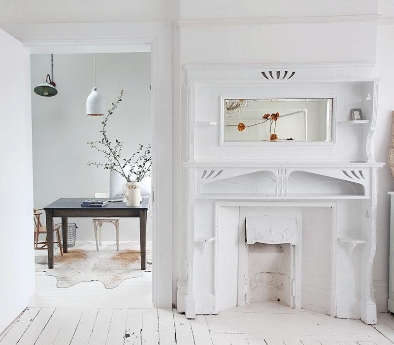 Une cheminée surelevée d'un beau meuble ancien blanc