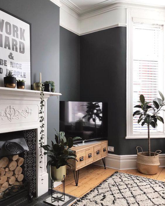 Moulures blanches et gris anthracite sur les murs s'associent à merveille