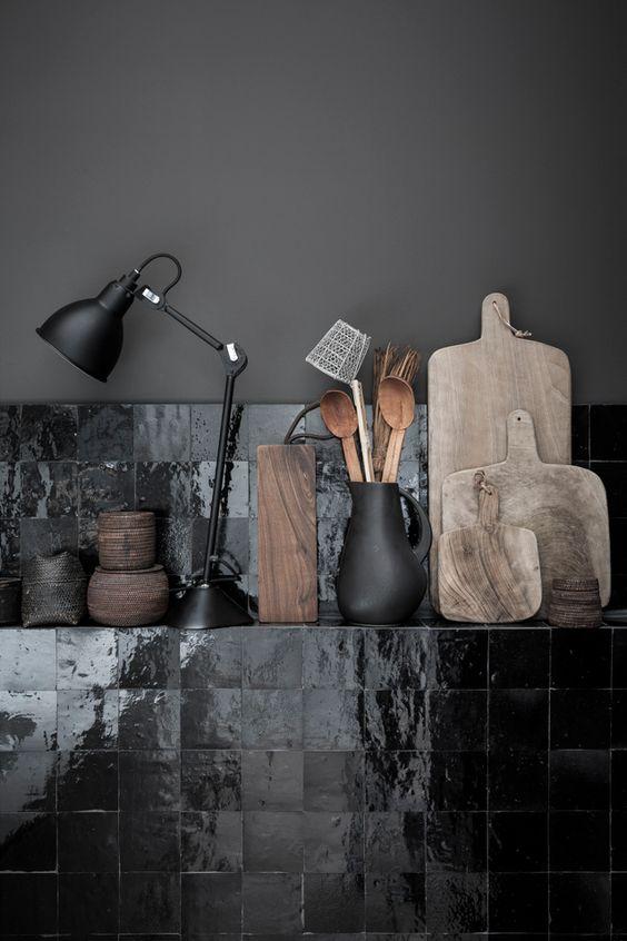 Le gris anthracite se mêle avec la couleur noire pour une ambiance feutrée et chic