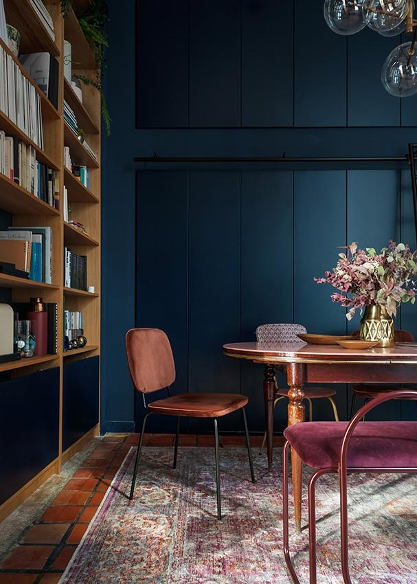 Salle à manger avec couleur bleu nuit et style art déco