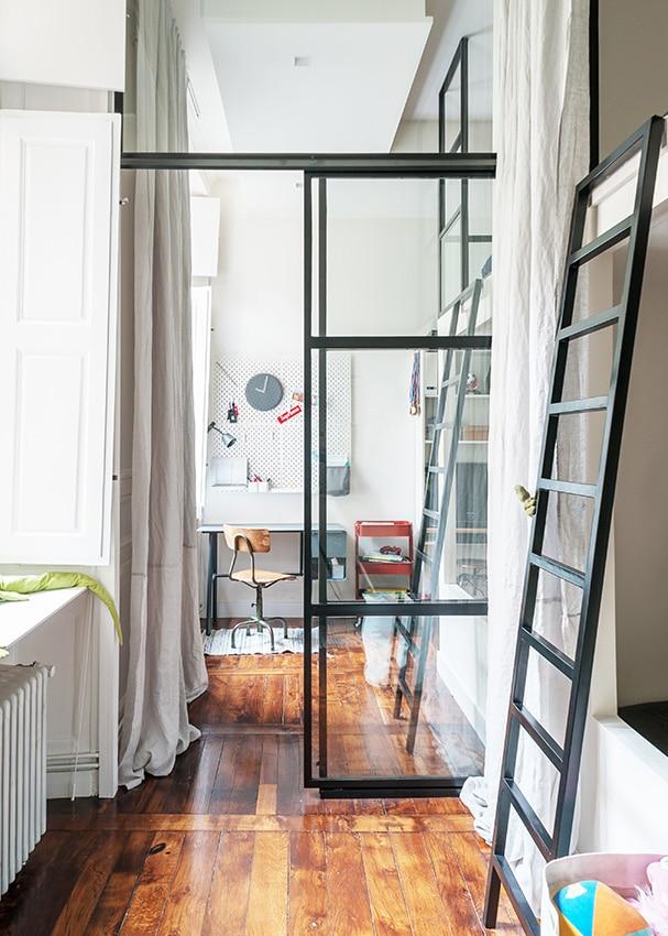 Chambre avec mezzanine style industriel avec verrière