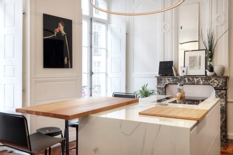 cuisine noire moderne dans un appartement avec cachet