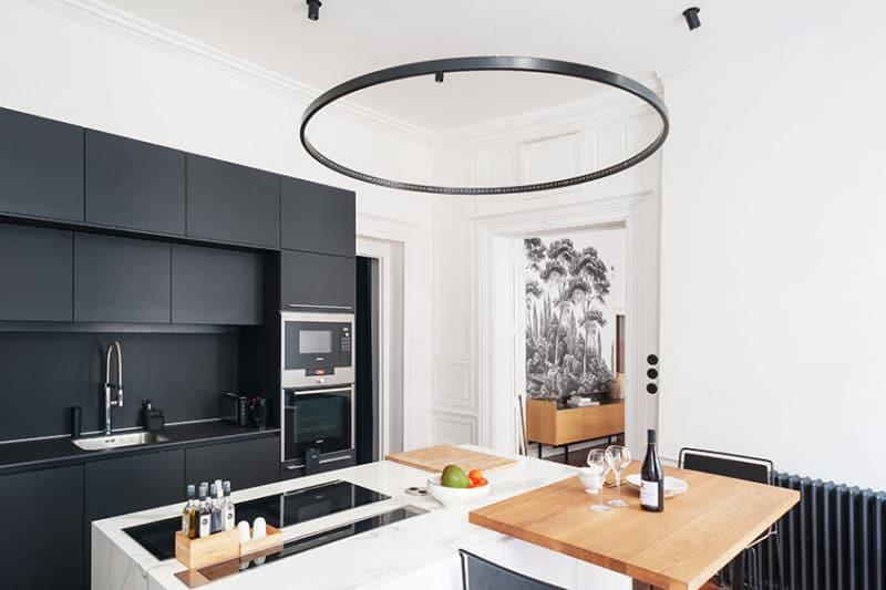 Une cuisine contemporaine dans un appartement ancien