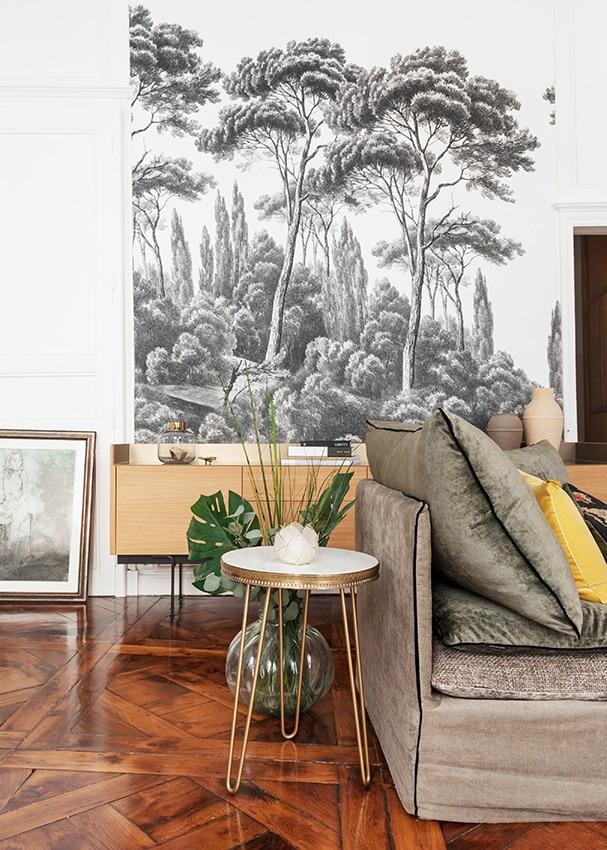 Fresque murale tropical noir et blanc dans un salon contemporain et bohème