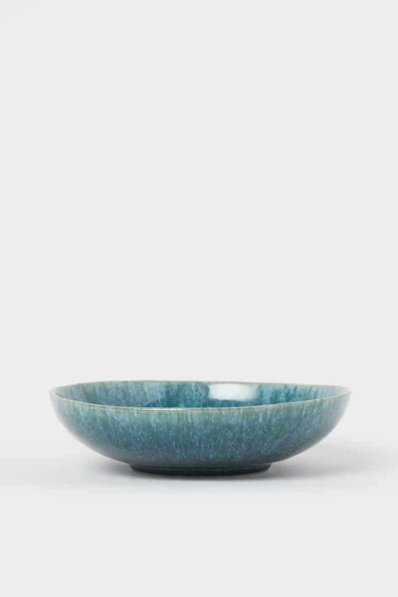 Assiette creuse en grès bleu-vert Collection h&m Home pour un esprit maison californienne