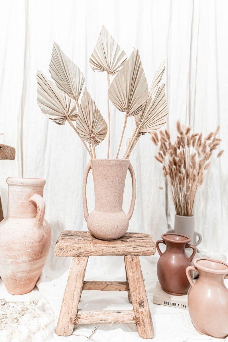 Vase en céramique terracotta, style californien et style ethnique dans la décoration intérieure