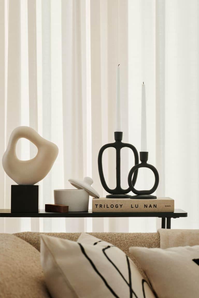 Grande sculpture en grès chez H&M Home pour créer une ambiance minimaliste, une décoration épurée au style californien