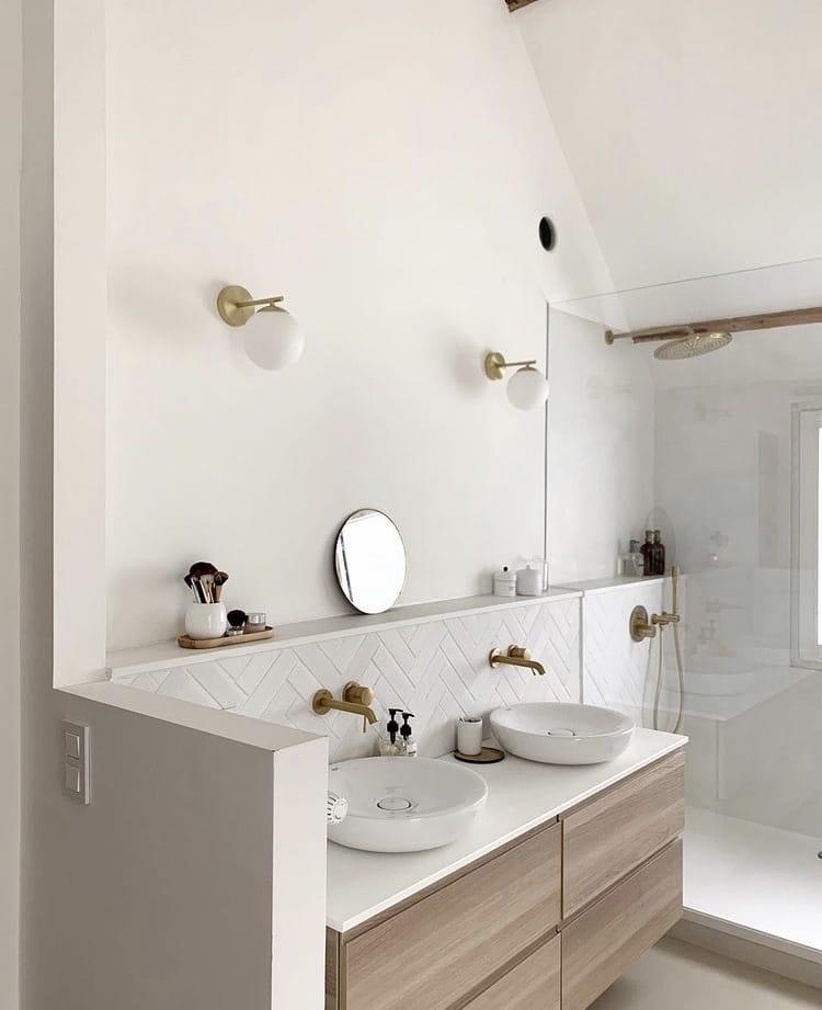Salle de bain épurée et minimaliste avec robinetterie GROHE en laiton doré, maison style californien chez Noemie Meijer, décoratrice