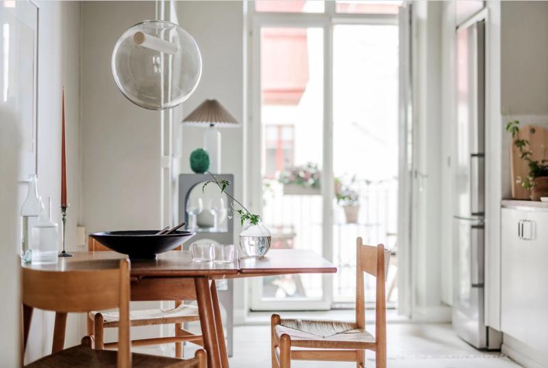 Salle à manger au design scandinave danois. Jolies pièces en bois