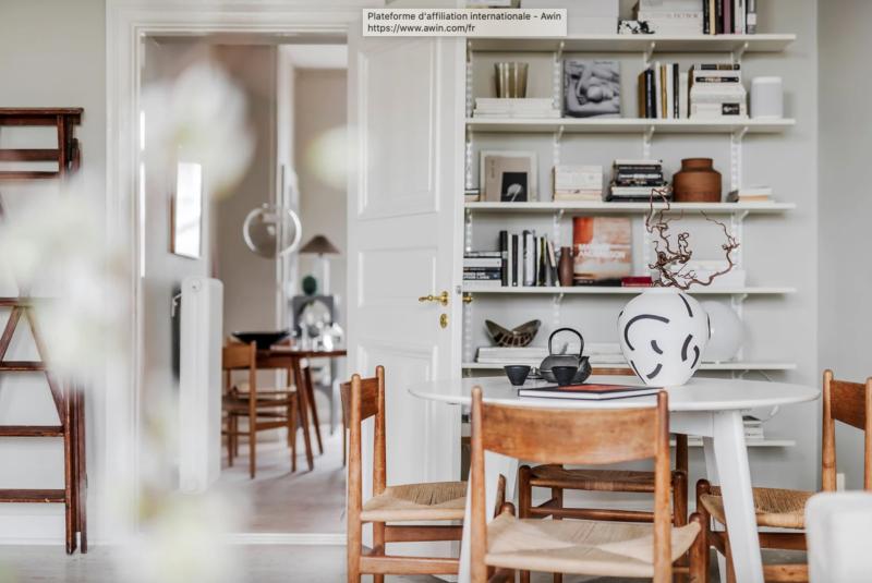 De jolies pièces en bois au design danois retro et vintage on adore. Visite guidée de cet appartement en Suède