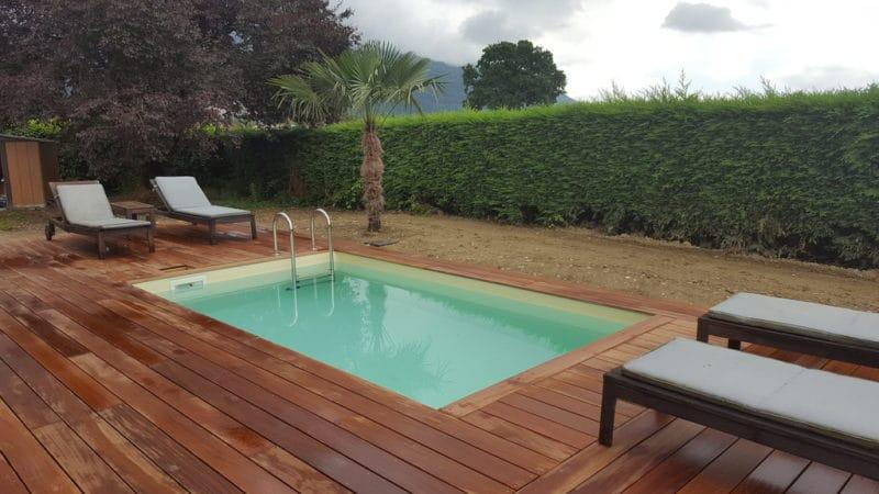 Piscine hors-sol sur une terrasse en teck, la jolie combinaison pour un bel extérieur