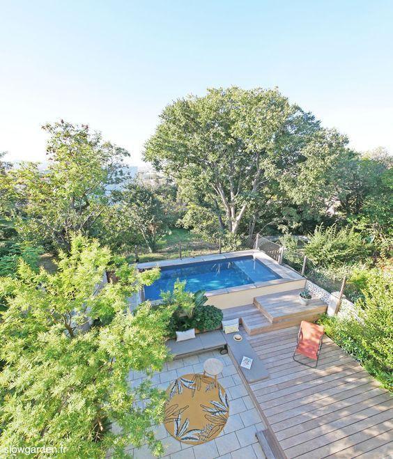 Les piscines semi-enterrées sont idéales dans les petits espaces extérieurs et apportent une touche chic et esthétique