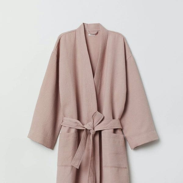Robe de chambre rose poudré nude chez H&M Home en coton gaufré